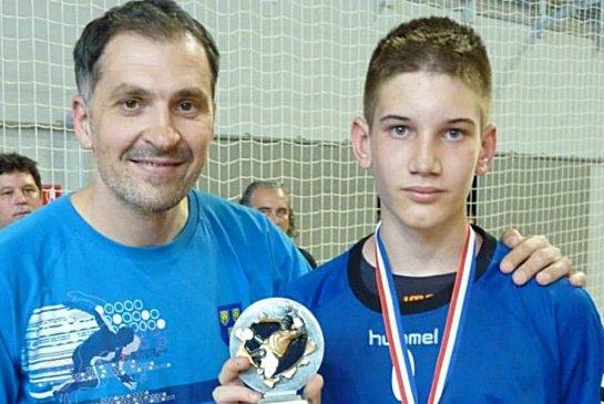 Petar Metličić uručio je Tinu Lučinu nagradu za MVP igrača državnog prvenstva